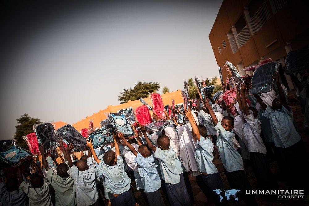 quand l'accès à l'eau est assuré nous amenons des fournitures scolaires dans les écoles