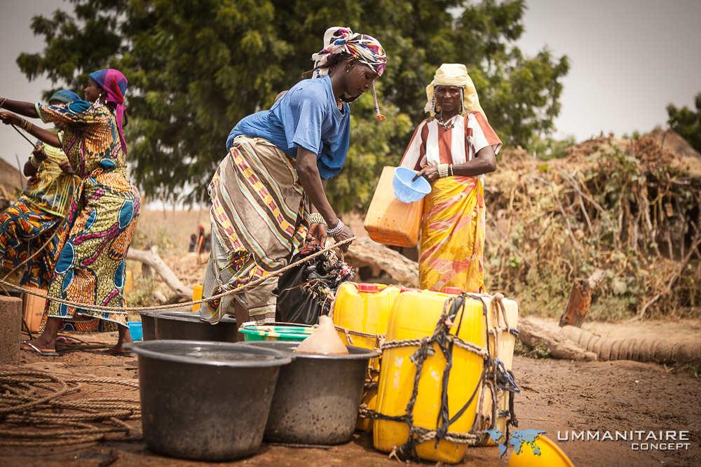 femmes passant du temps à remplir de l'eau potable